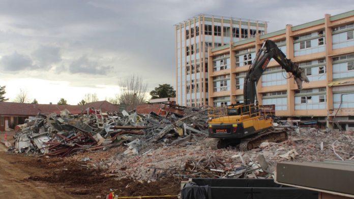 Phá dỡ bệnh viện cũ